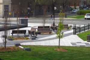 Changer le mobilier urbain ne redonnera en rien la vie à ce parc s'il est toujours l'objet d'un abandon